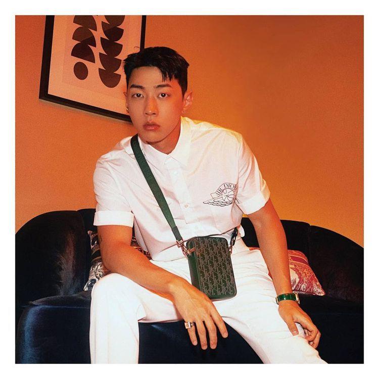 韓國說唱歌手、音樂製作人Gray,搭襯Dior World Tour松花綠鐳射雕...