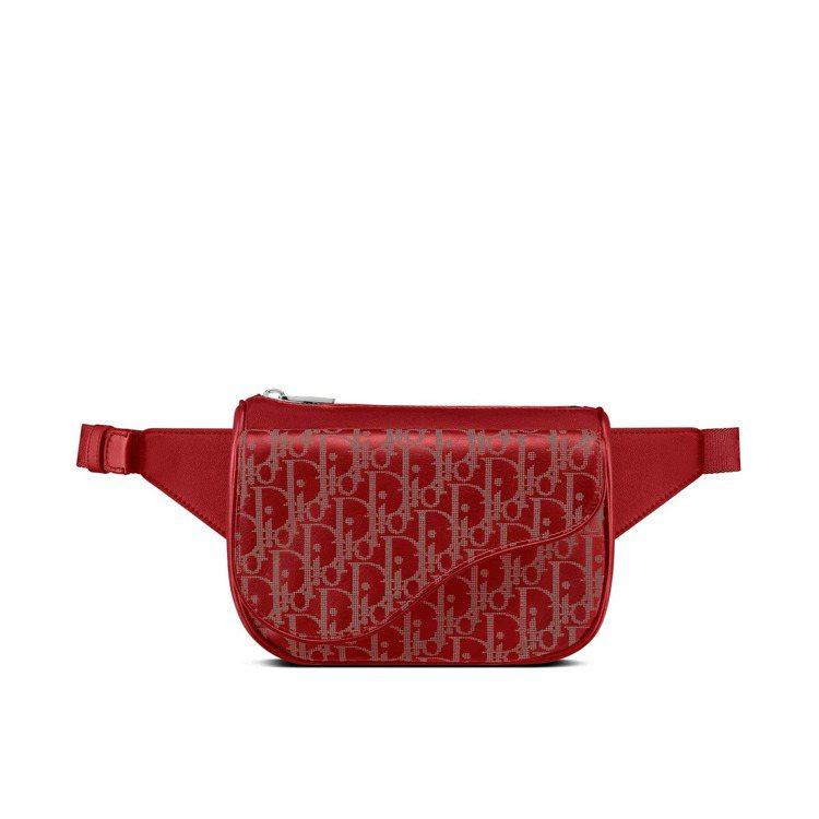 Dior World Tour火焰紅雷射雕紋小牛皮馬鞍腰包,76,000元。圖/...