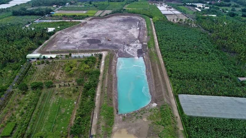 尊懷文教基金會志工昨天以空拍機觀察高雄旗山大林爐渣掩埋地發現,中間因積水出現「蒂芬尼藍(Tiffany Blue)」湖。圖/尊懷文教基金會提供