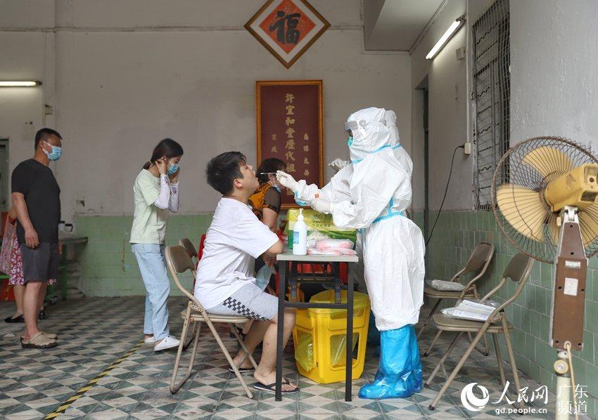 圖為廣州市越秀區日前為民眾進行核酸普篩。(取自人民網)