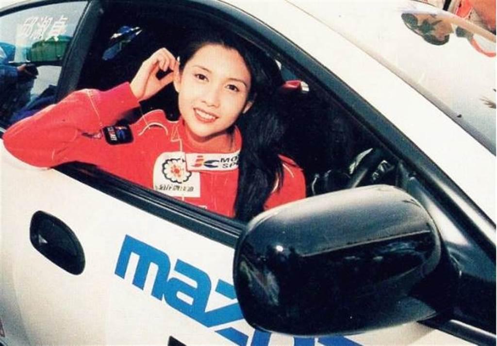 邱淑貞曾蟬聯兩屆成龍盃慈善賽車賽冠軍。圖/摘自微博
