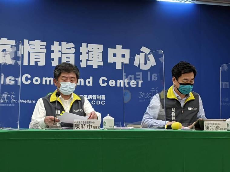 陳宗彥(右)表示,提醒苗栗縣回歸三級警戒標準執行。記者謝承恩/攝影