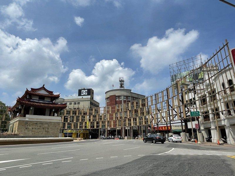 新竹市政府保留台灣燈會展品敲定在7月9日起,轉型辦光臨藝術節,未料又遇到本土疫情延燒,由於市府正在東門城圓環搭建環形屏幕,工程已經暫停。記者張裕珍/攝影