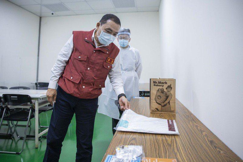侯友宜認為校正回歸導致地方執行困難,造成校正期間病毒不斷擴散。圖/新北市新聞局提供