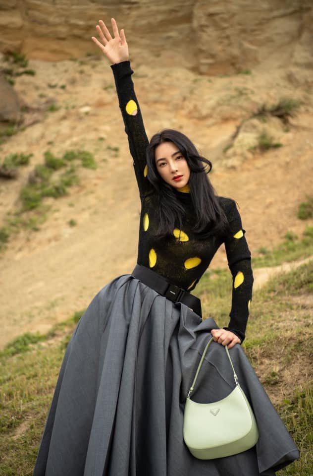 吳速玲穿PRADA春夏系列洞洞裝。圖/摘自臉書