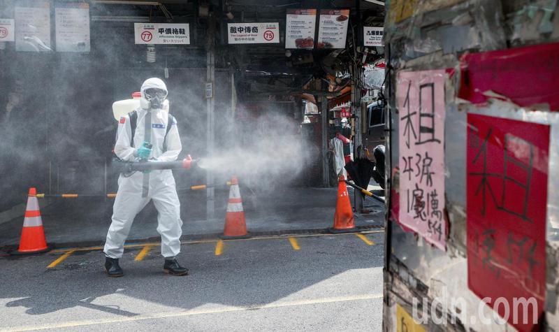 化學兵消毒經過租屋廣告前,也反映疫情經濟狀況的嚴峻。記者曾原信/攝影