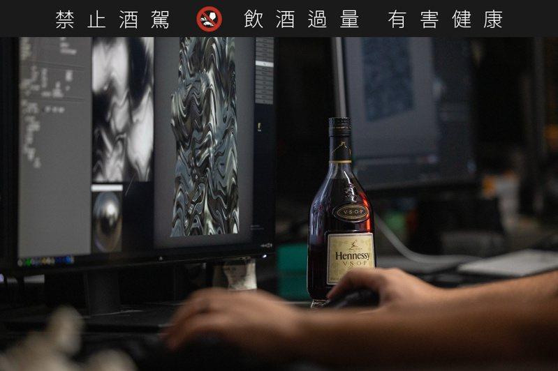 看似生冷的感官數據畫作,卻因為「軒尼詩V.S.O.P感官傳承限量版」而讓生命之水有了溫度。圖/酩悅軒尼詩提供。提醒您:禁止酒駕 飲酒過量有礙健康。