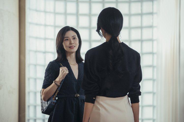 李寶英在劇中身穿DIOR長洋裝、搭配Caro包款。圖/NETFLIX提供