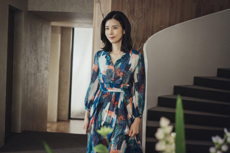 在劇中飾演慈母的李寶英身穿韓國設計師Soonil Kwon創作的洋裝。圖/NET...