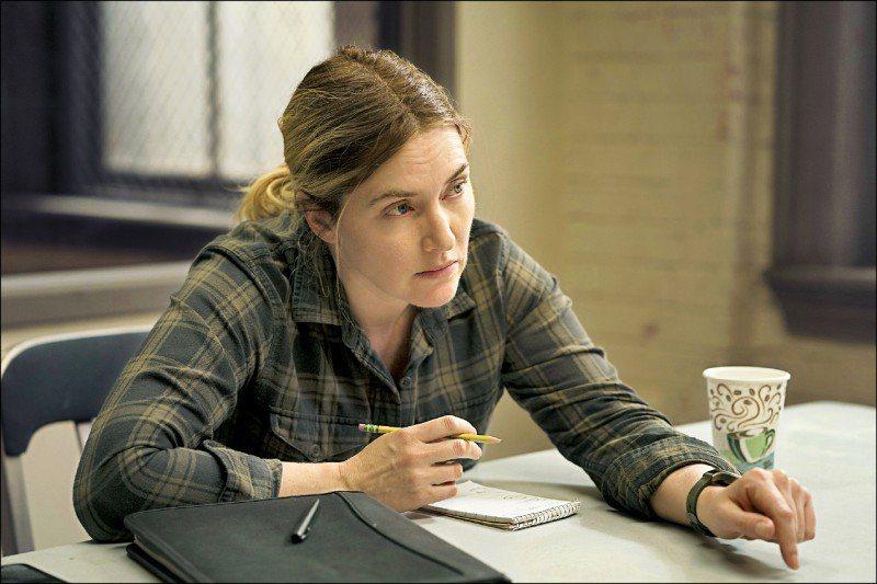 凱特溫絲蕾在「東城奇案」演出神探梅爾,一洗過去英倫貴族氣質。圖/HBO提供