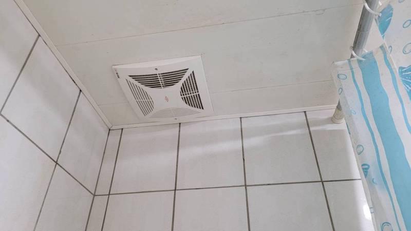 抽煙人在自己家內浴厠抽煙,因管道間相通,往往造成樓上住戶飽受二手菸之苦。 記者游明煌/攝影