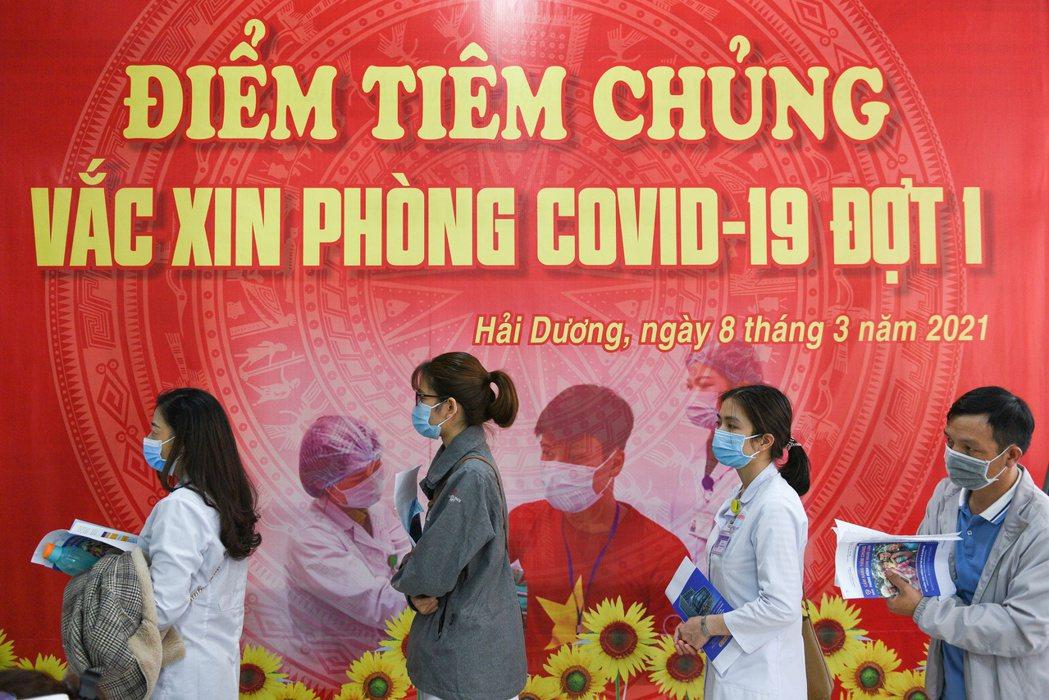 越南近來新冠肺炎確診人數激增,三星電子、豐田汽車和鴻海集團等當地設點的南韓、日本...