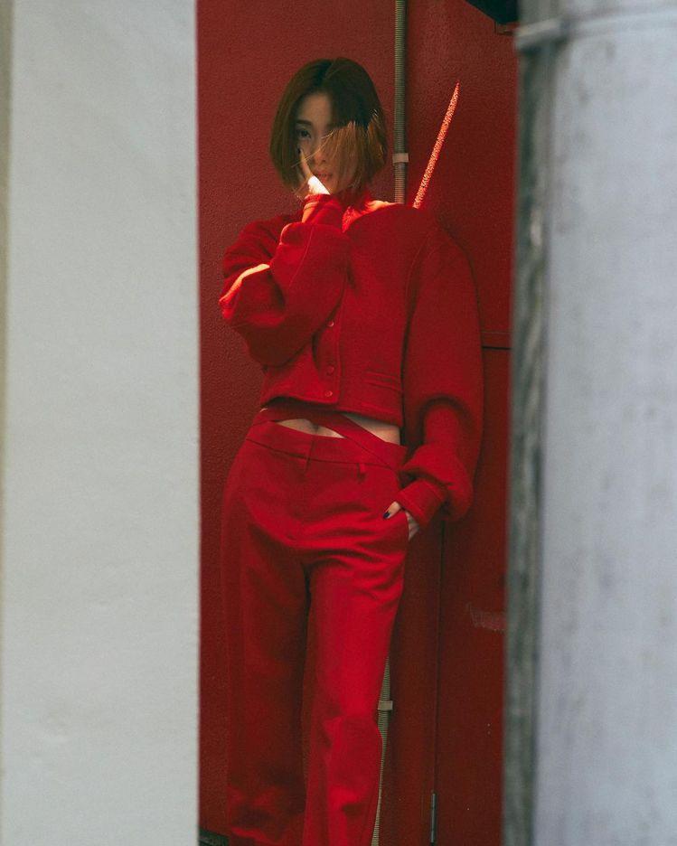 日本女星上戶彩為FASHIONSNAP.COM拍攝一周時尚畫報,將紅色GIVEN...