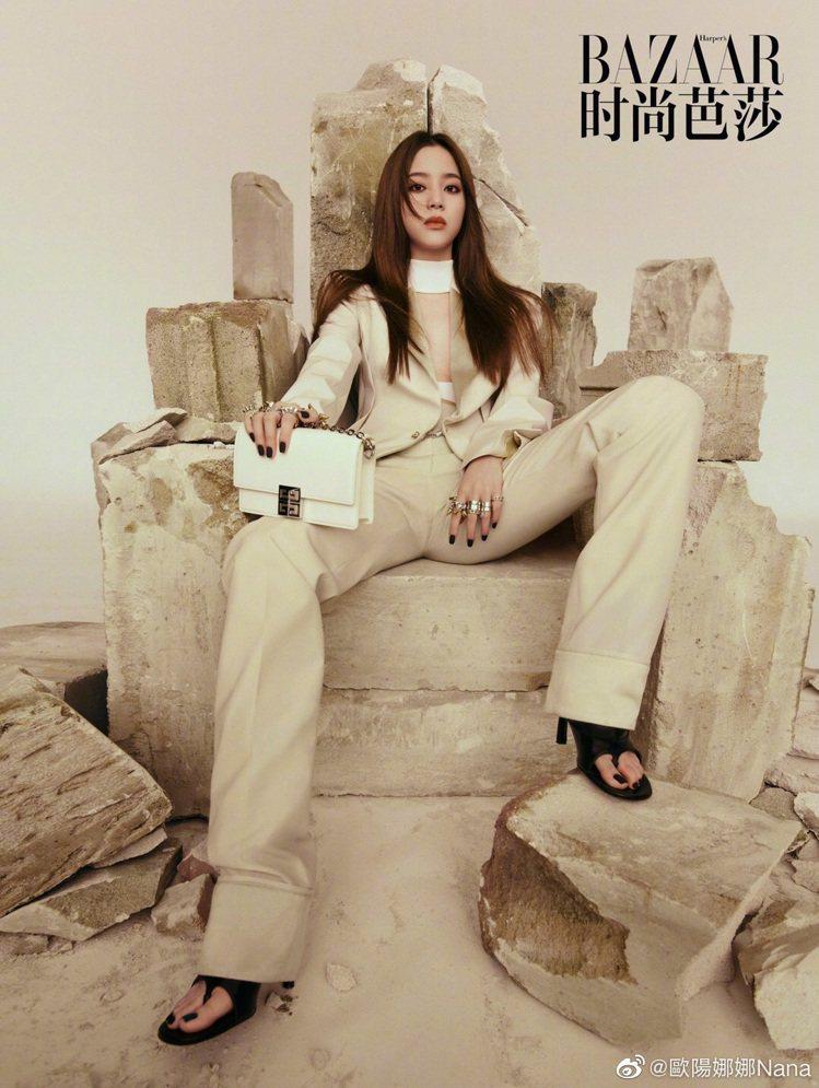 歐陽娜娜拍攝大陸版《Mini BAZAAR》6月號封面時,詮釋4G包款。圖/取自...