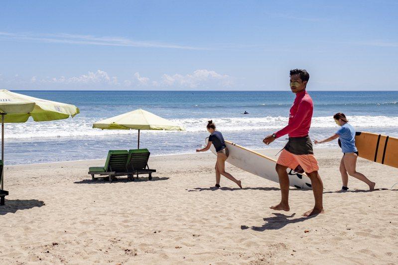 印度峇里島一些衝浪客今年四月在旅遊勝地庫塔的海灘衝浪。歐新社
