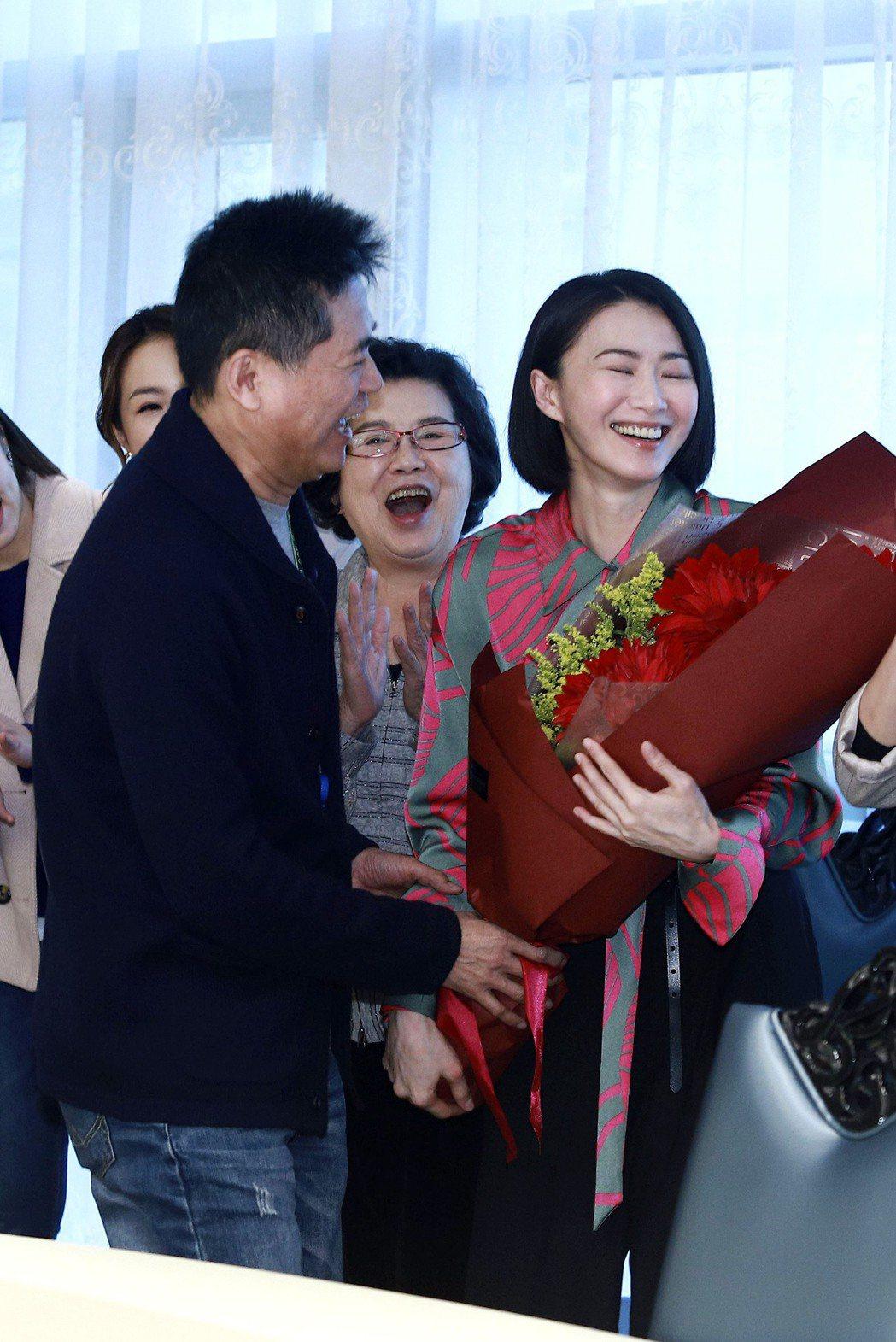 蕭大陸(左)將收到的花束送給侯怡君。圖/民視提供