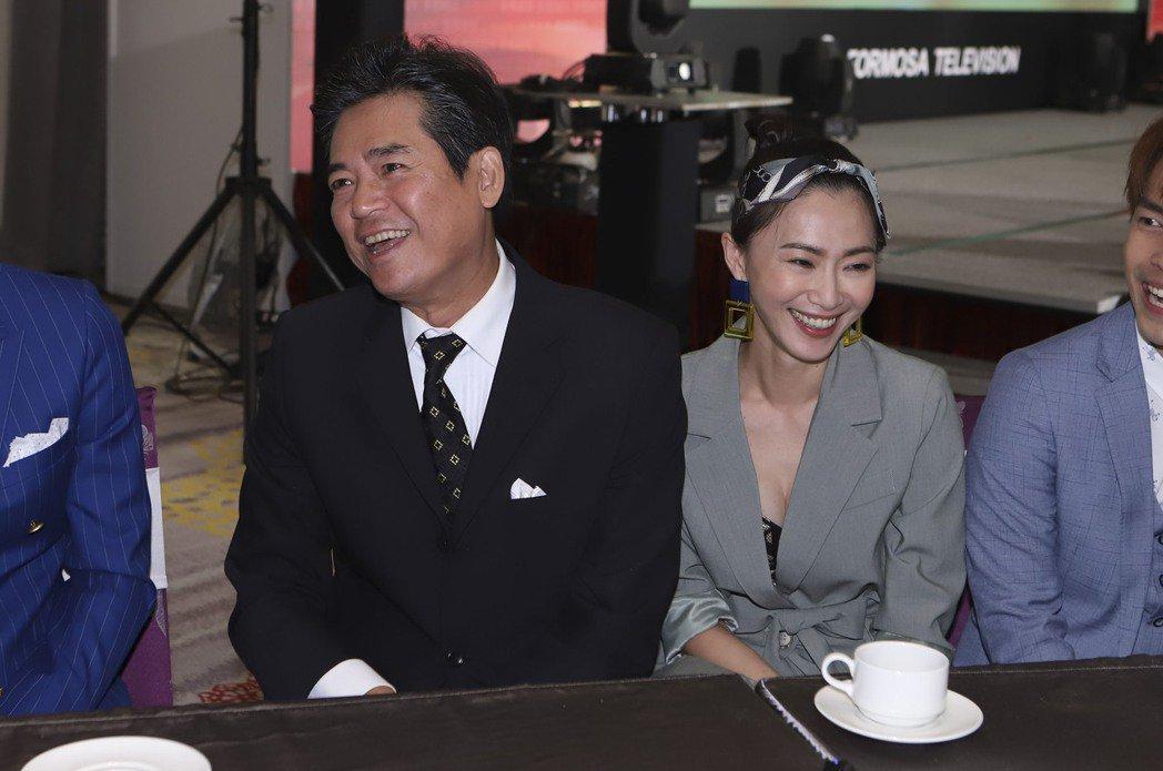 侯怡君(右)、蕭大陸出席新戲開鏡記者會,2人大方共擠一張椅子。圖/民視提供