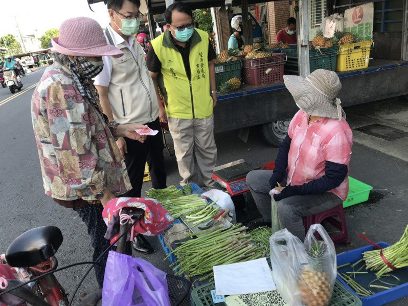 台南佳里第一黃昏市場恢復營業,攤商必須取得3日篩檢陰性才可以擺攤做生意。圖/經發局提供