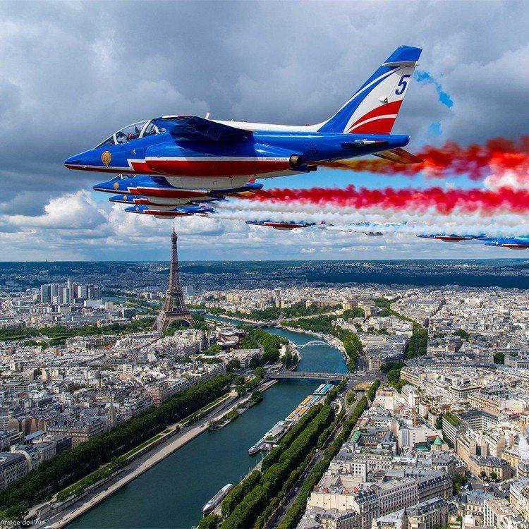 紅藍白三色的法國空軍Patrouille de France巡邏兵飛行表演,也喚...