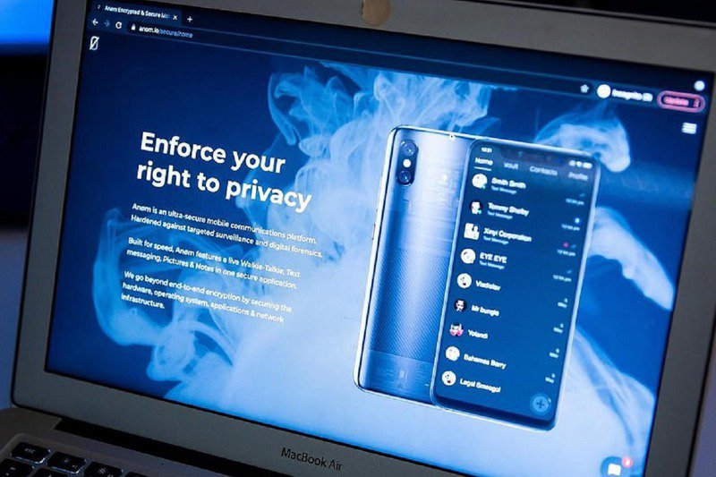 有關單位為讓ANoM手機顯得真有其事,特別架設一個位於瑞士的假網站與收取訂閱費用,好騙黑幫以為他們真能躲過警方監視。圖/MAILONLINE