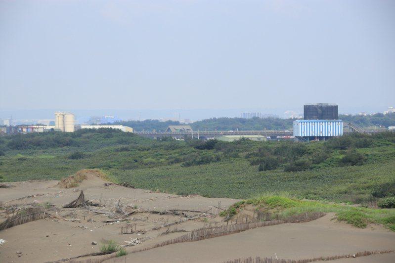 上福(右)、新品(左)2間砂石公司長期透過暗管,偷排含重金屬的汙泥入海,汙染草漯沙丘及藻礁生態。記者曾健祐/攝影