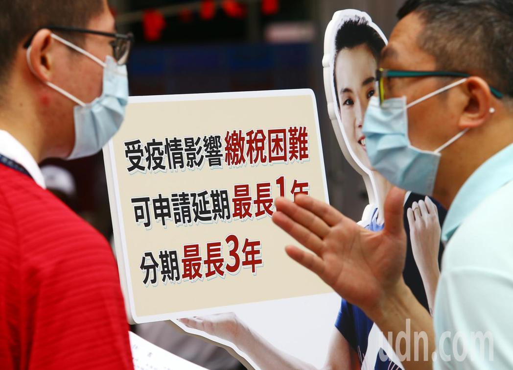 財政部宣布,全台國稅局自15日起恢復臨櫃報稅服務。(本報系資料庫),