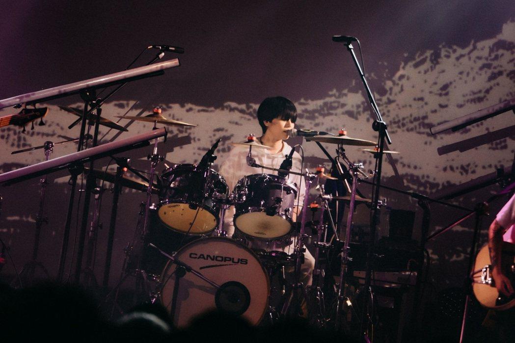 「康士坦的變化球」鼓手小米去年因類風濕性關節炎發病,一度以為要告別舞台。圖/海邊