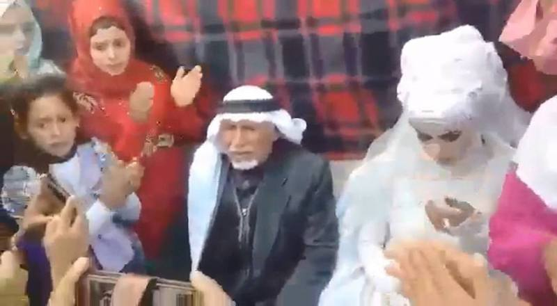 Twitter近日瘋傳一段影片,內容為一名老翁第37次結婚,並在28位老婆的祝福下迎娶年輕妻子。 圖擷自twitter