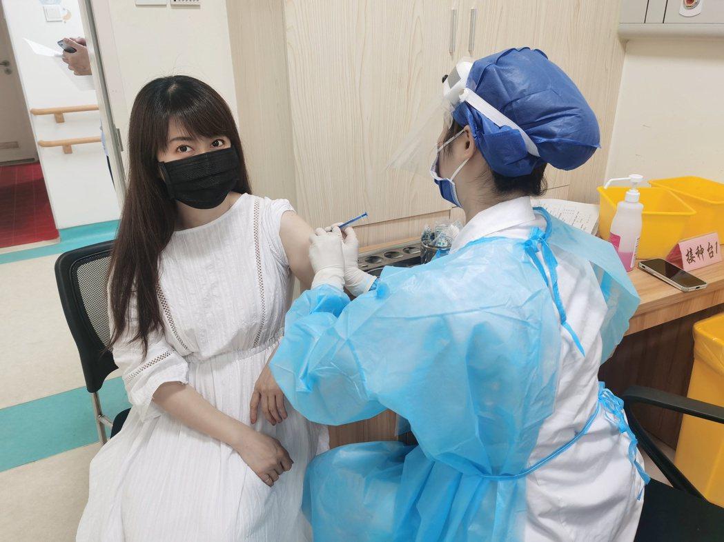 孟庭葦在中國大陸接種疫苗。 圖/擷自孟庭葦青微博