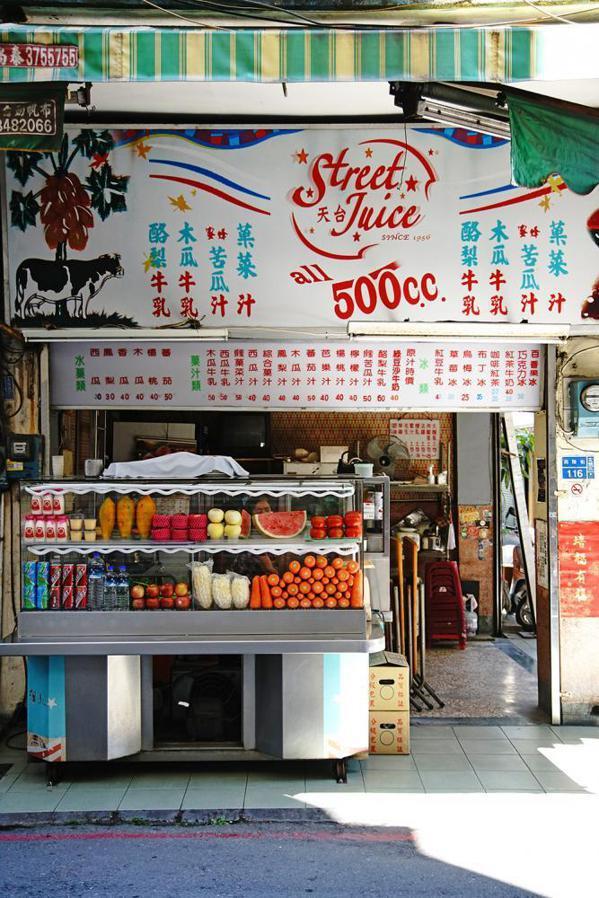 福生果汁店又大又醒目的招牌,是當年電影《天台》拍攝時所留下的。 圖/曾信耀 攝影
