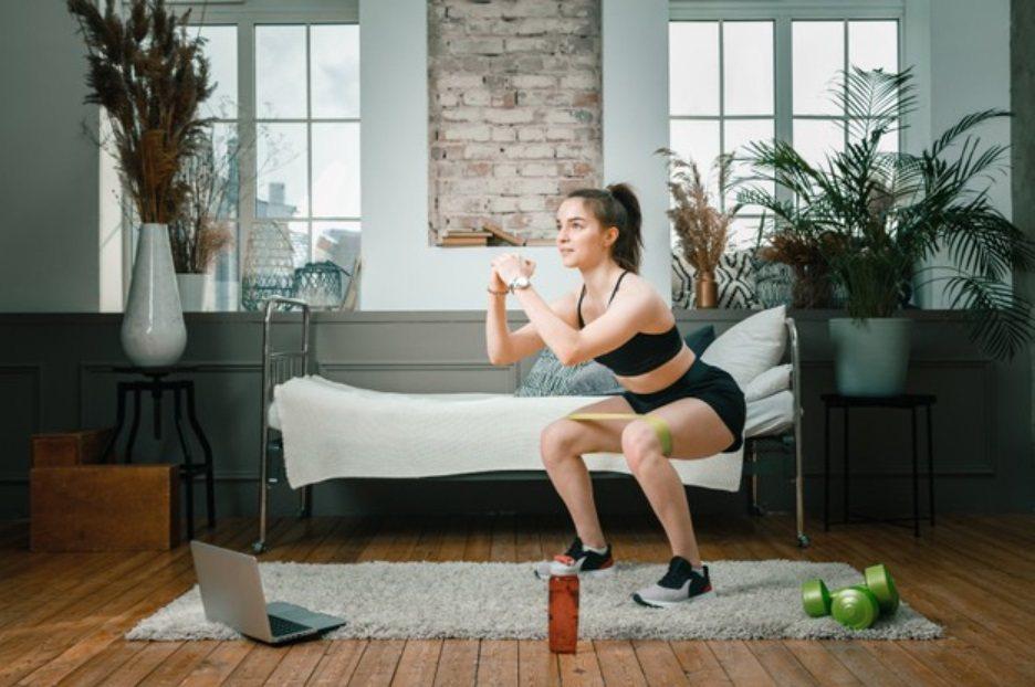 深蹲是重量訓練中非常普遍的經典動作,它可以全方位地鍛鍊到人體上肢與下肢的許多部位...