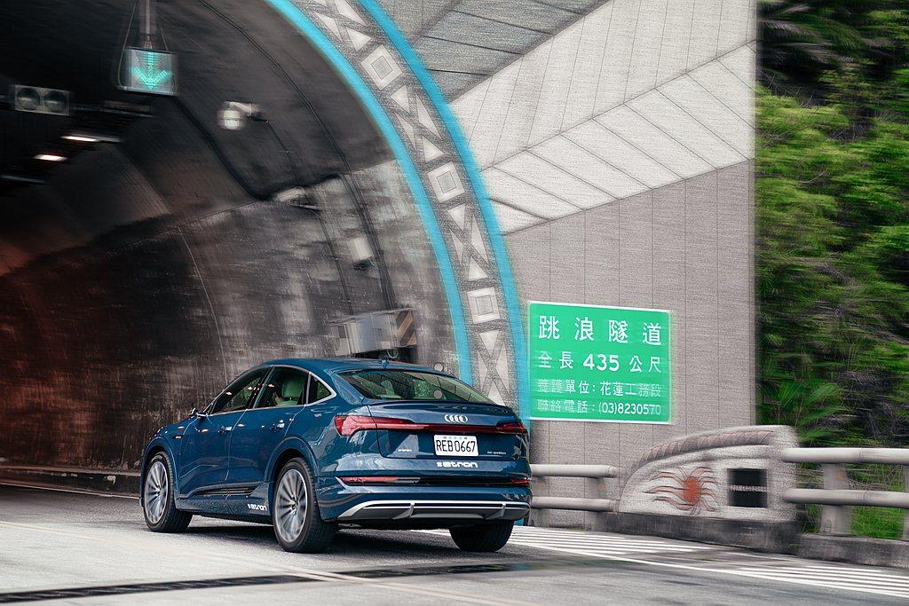 Audi e-tron透過兩種方式回收能源,當駕駛放開油門時的巡航動能回收或踩下...