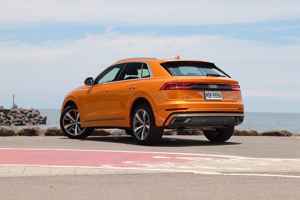 Audi Q8定位在大型Coupe SUV並保有休旅空間機能以及優越的路面穿越性...