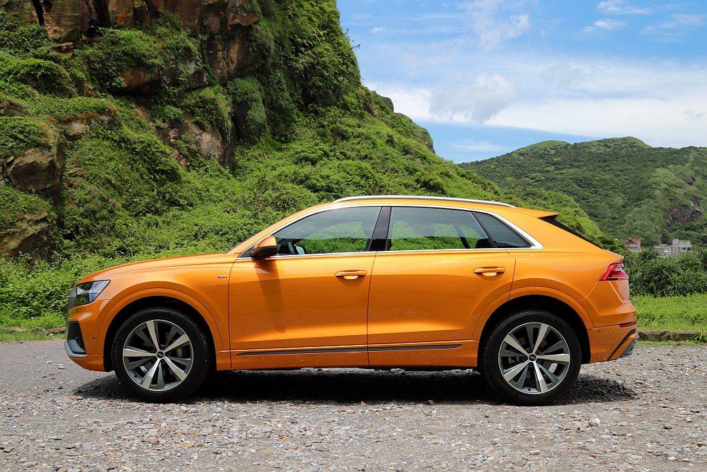 Audi Q8車身B柱之後下滑的線條並沒有像其他兩款對手來得鮮明,不僅能保有後座...