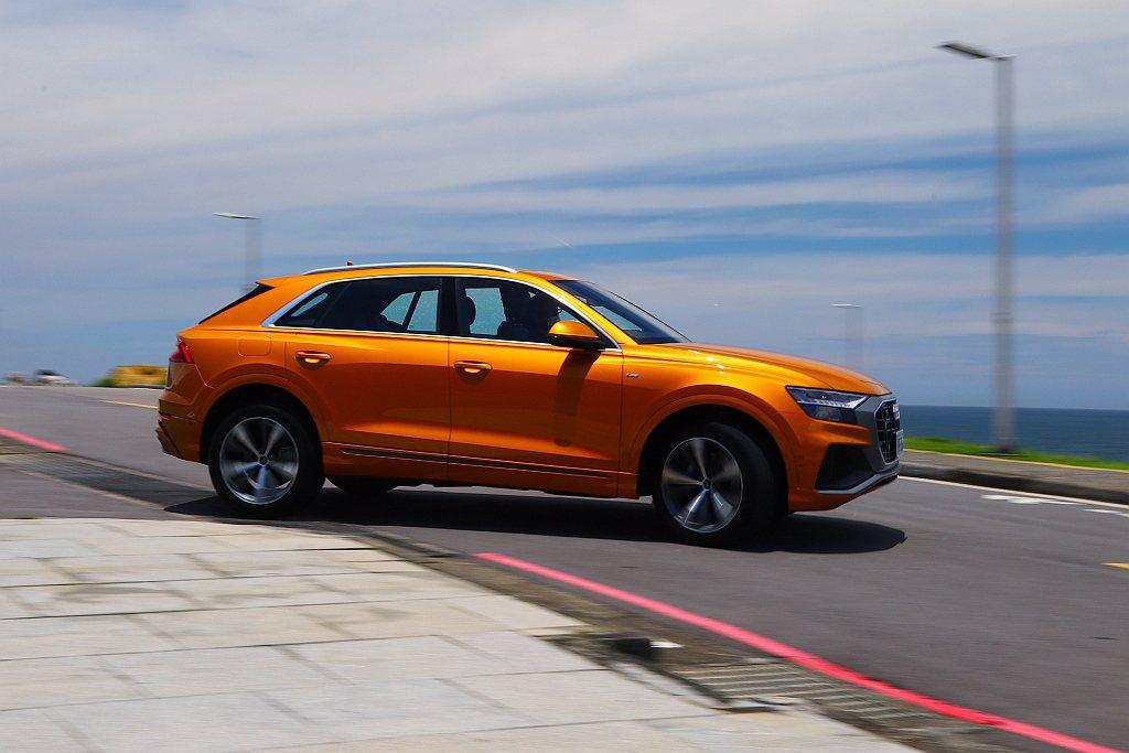 雖然有quattro智慧型恆時四輪傳動系統,但車身重量造成的離心力卻在彎道相當明...