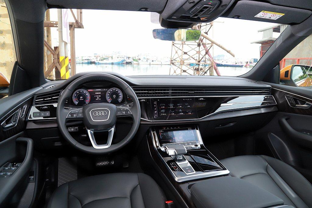 Audi Q8 55 TFSI quattro S line車艙為12.3吋Au...