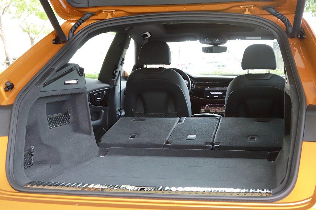Audi Q8的後行李廂空間表現滿座下就有605L容積,若將後排座椅傾倒之後更可...