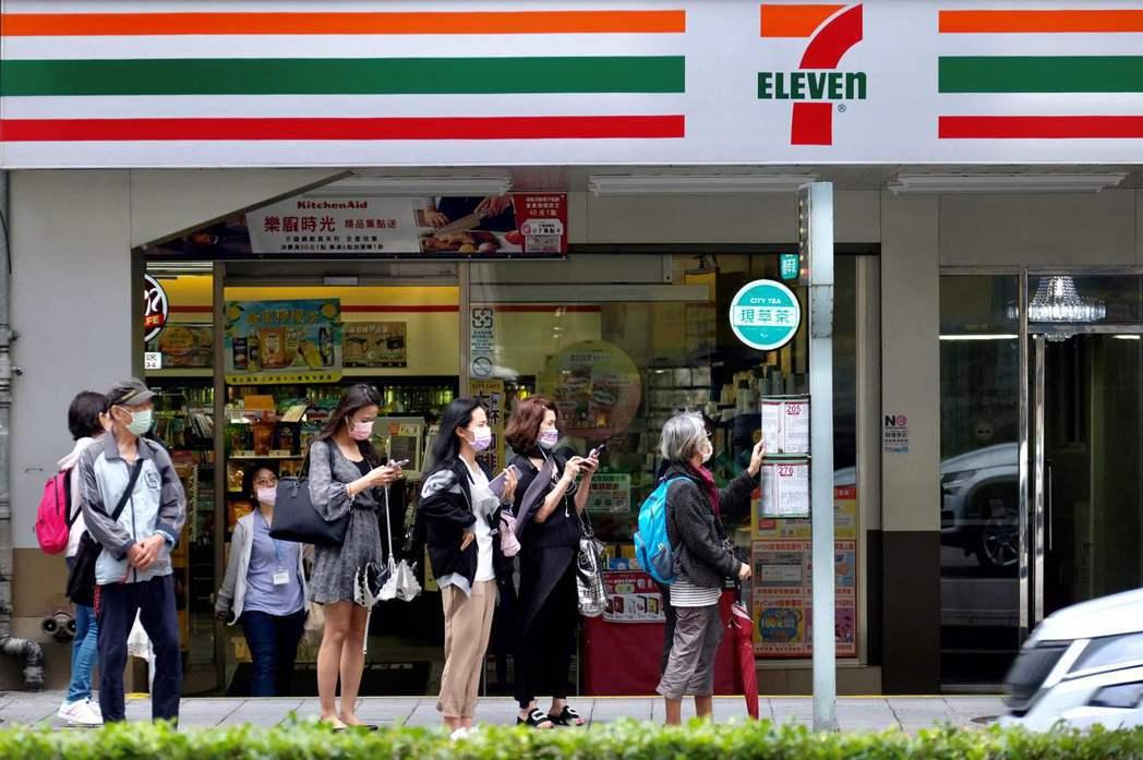 生活在世界超商密度數一數二的台灣,到超商買日用品、解決三餐、繳費、取貨等等,已經是大多數人的日常。 圖/法新社