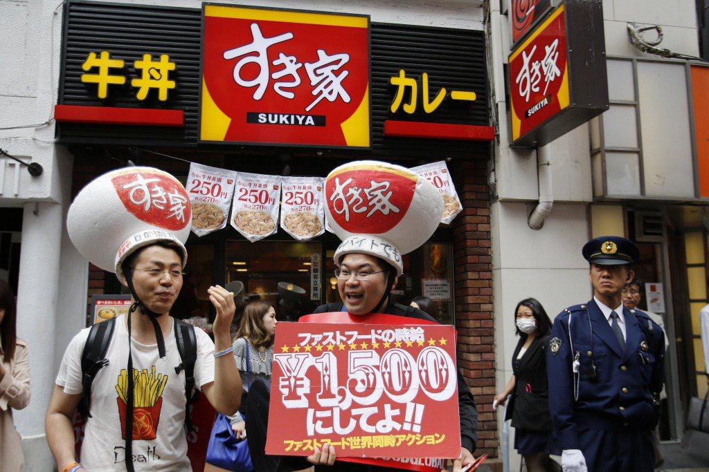 在2014年,24小時營業的日本牛丼店すき家(Sukiya),因店員透過網路串連,發動以拒絕排班、辭職的變相「罷工」,全國有兩百多家店面被迫歇業或提早打烊。示意圖。 圖/路透社