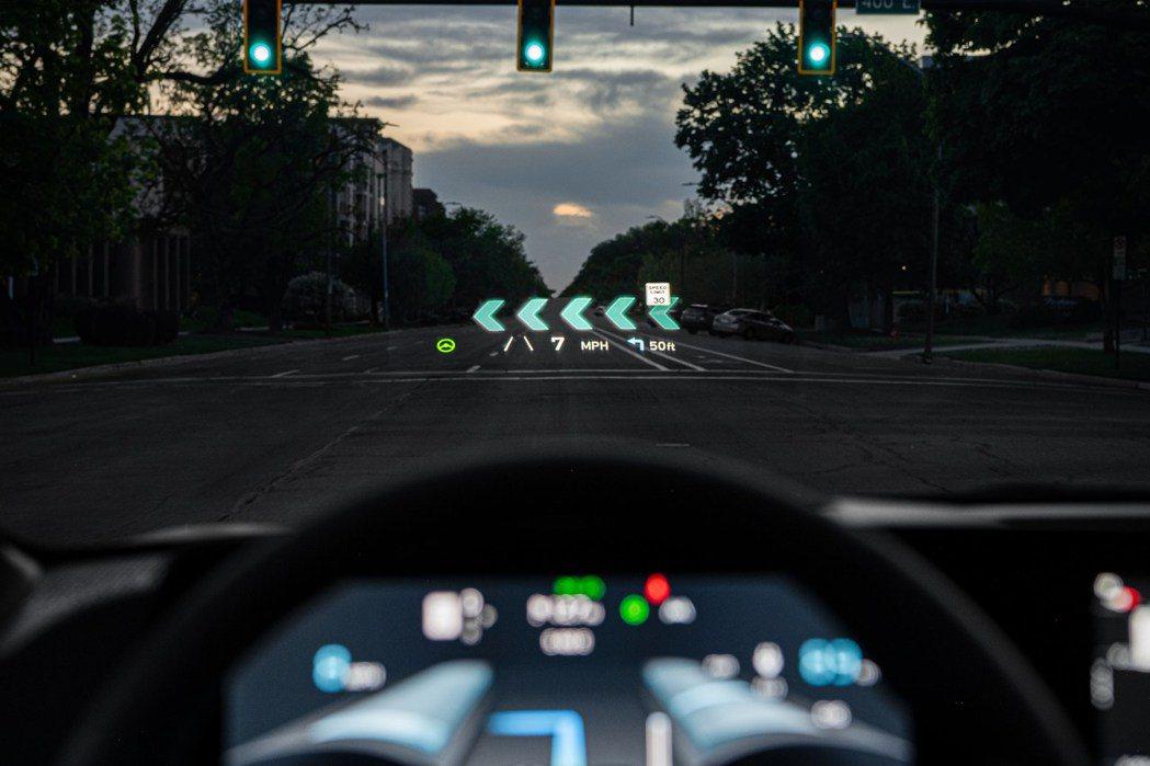 EV6是Kia第一部配置AR實境HUD抬頭顯示器的車款。 摘自Kia