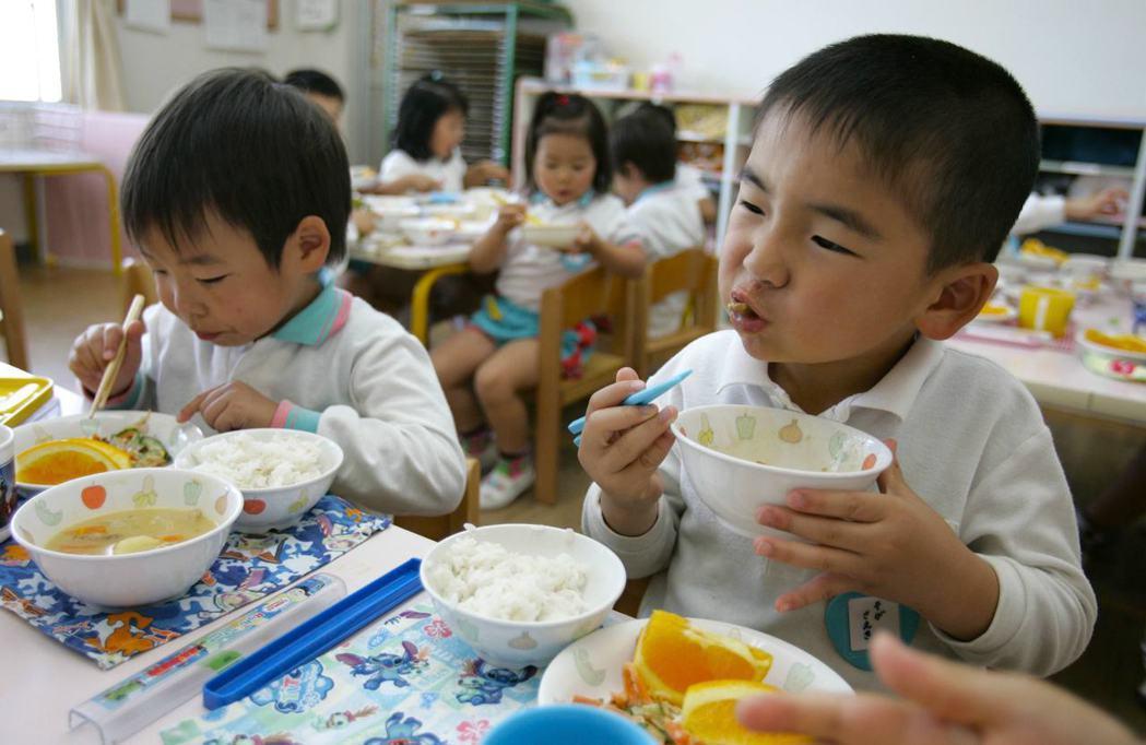 日本在2005年通過食育基本法,要求校園透過供餐、農場實習、食品烹飪、食品廢棄物...