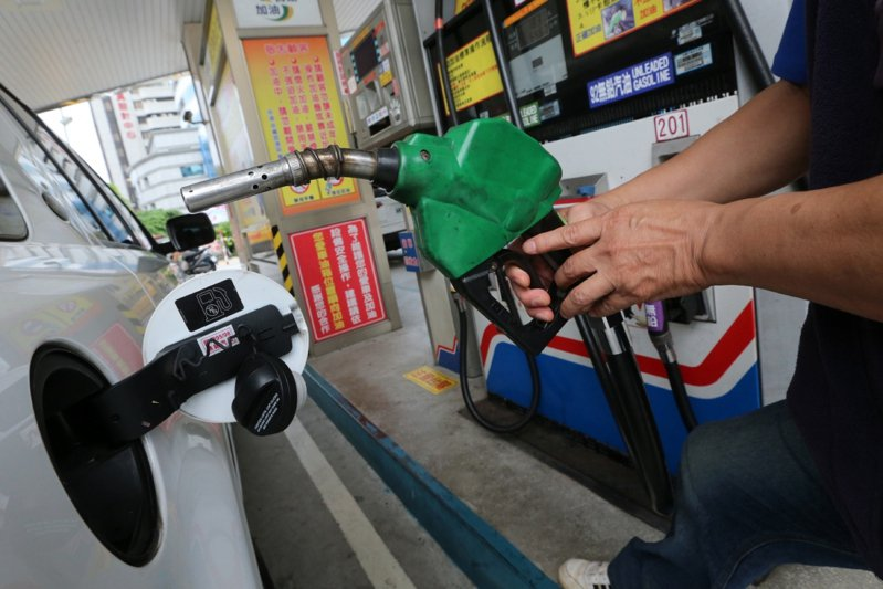 根據中油浮動油價公式,預估6月14日零時起,汽、柴油零售價格每公升約調漲0.2~0.3元。 聯合報系資料照/記者胡經周攝影