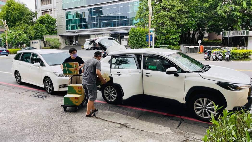 近期低溫宅配暫時喊停,有業者與計程車隊合作,或是發展自有車隊。 無毒農場/提供