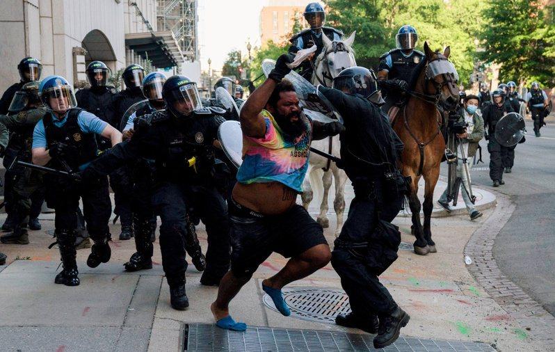 去年6月1日美國公園警察驅離示威群眾,被認為是為讓時任總統川普前往聖約翰教堂前發表談話。 路透社