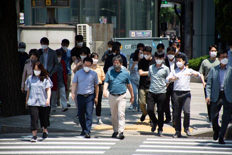 韓國防疫當局今天透露,7月起將鬆綁首都圈店家營業限制,餐廳、咖啡廳、KTV及夜店等娛樂場所可營業至晚上12時,其他設施則不受限制。 歐新社