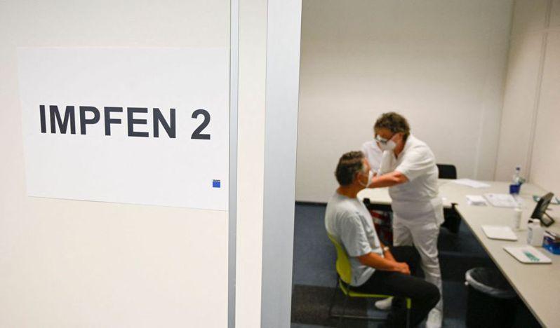 德國防疫主管機關建議民眾可混打疫苗,德國科學家初步實驗結果也顯示,第一劑施打AZ疫苗的人,第二劑打BNT效果更好,不過目前實驗規模都還太小。 法新社