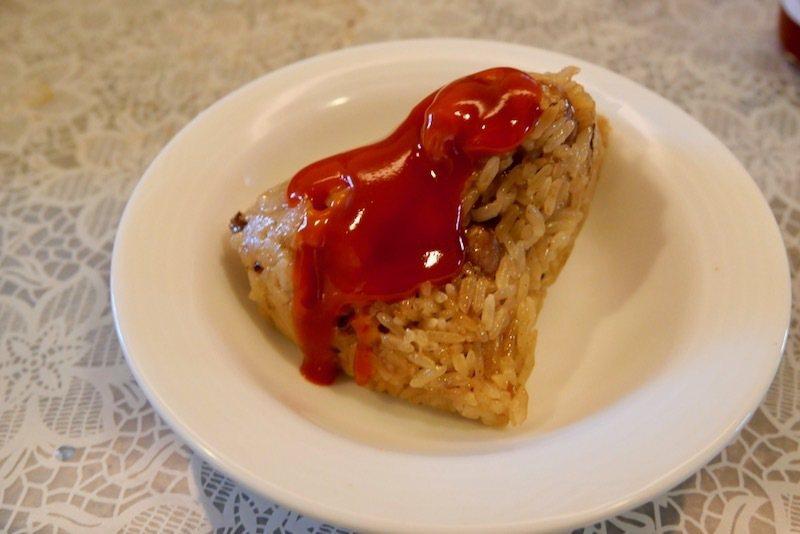 糯米、豬肉和花生為基本材料的南部肉粽,淋上適合的肉粽沾醬,特好吃的。