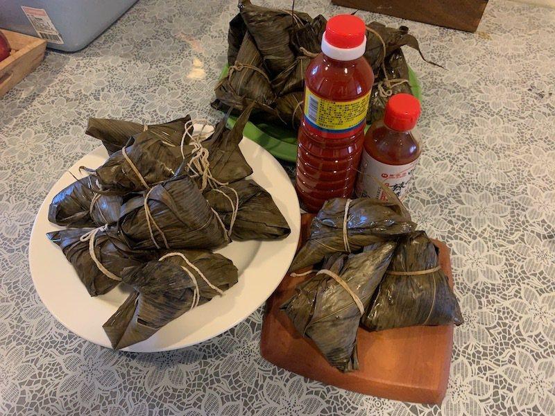 amy今年做的第一串肉粽,共20個,室溫降溫中。