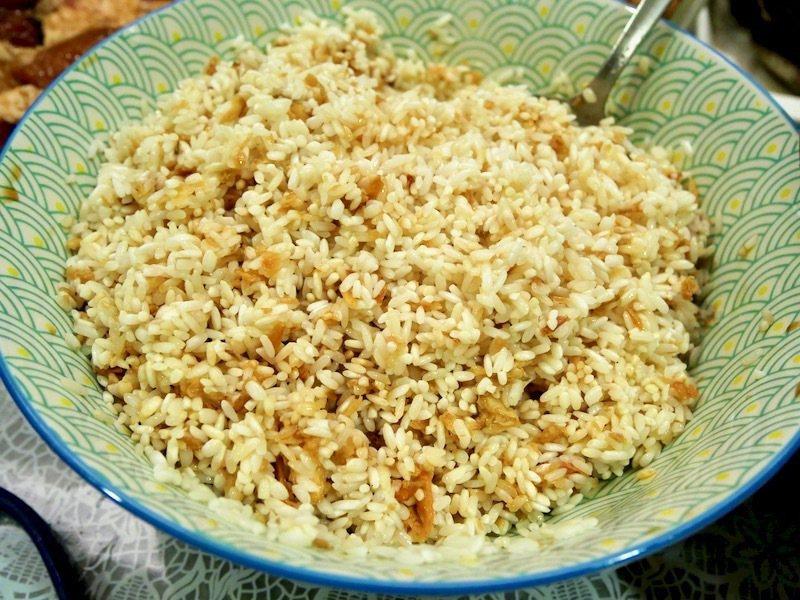 拌米:油蔥酥和醃肉的醬汁加在泡過水瀝乾水分的糯米中拌勻,讓米吸附醬汁,上色後成淡琥珀色,再淋上些許橄欖油,糯米拌勻即可。