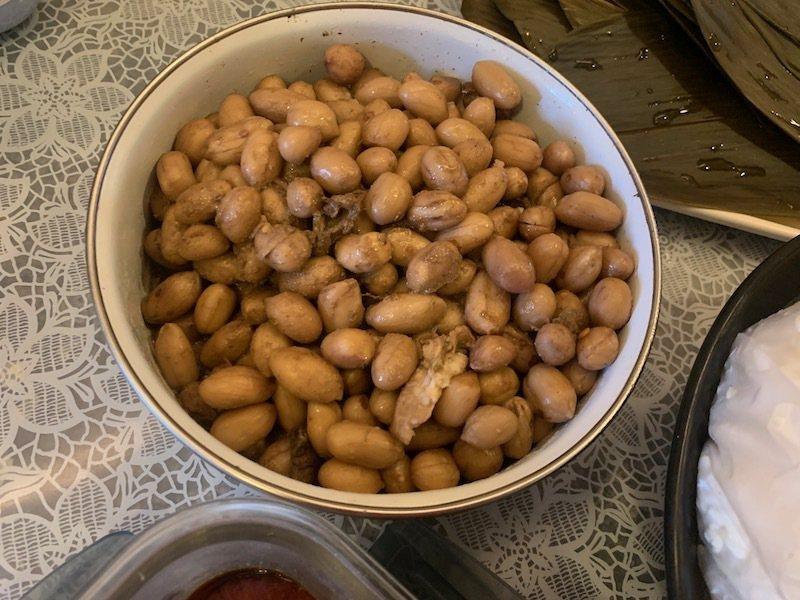 煮熟的滷花生,前一天做好冷藏。